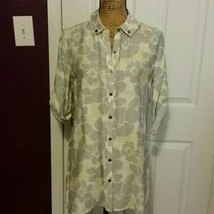 Stylish silky button up tunic made of rayon.